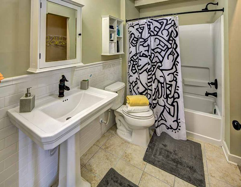 The-Lodges-At-777-Baton-Rouge-LA-Bathroom-Unilodgers