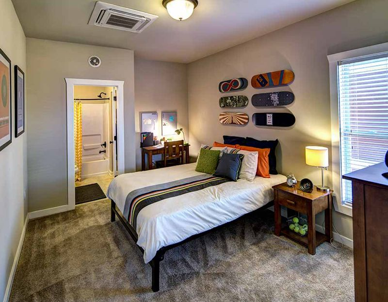 The-Lodges-At-777-Baton-Rouge-LA-Bedroom-2-Unilodgers