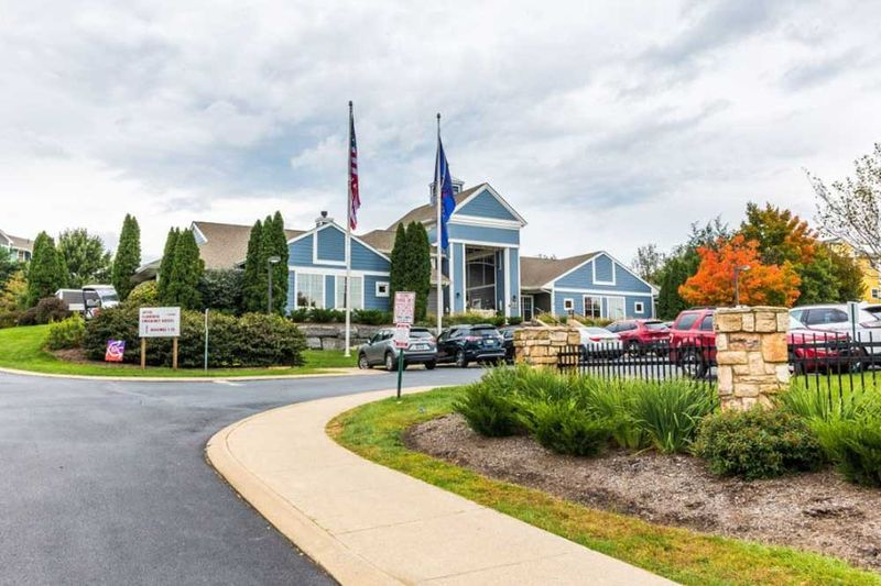 The-Pointe-State-College-PA-Exterior-With-Car-Parking-Unilodgers