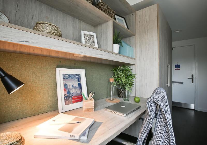iQ-Bloomsbury-House-London-Bronze-En-Suite-Study-Desk-Unilodgers