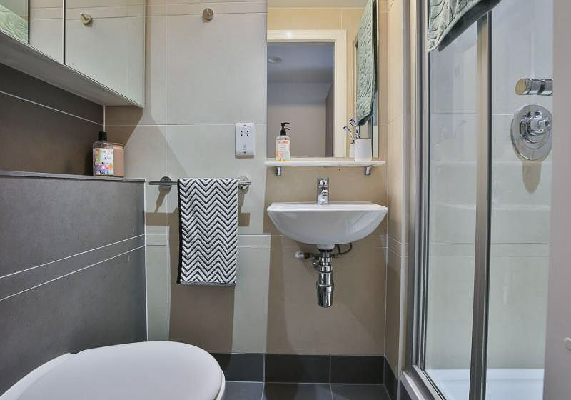 iQ-Bloomsbury-House-London-Silver-En-Suite-Bathroom-Unilodgers