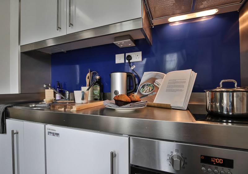 iQ-Bloomsbury-London-Bronze-Studio-Kitchen-Unilodgers