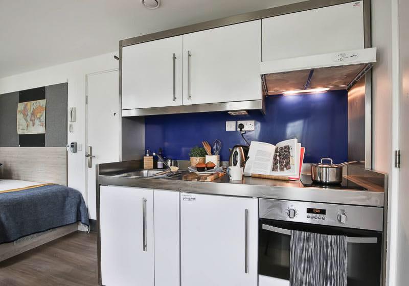 iQ-Bloomsbury-London-Bronze-Studio-Plus-Kitchen-Unilodgers