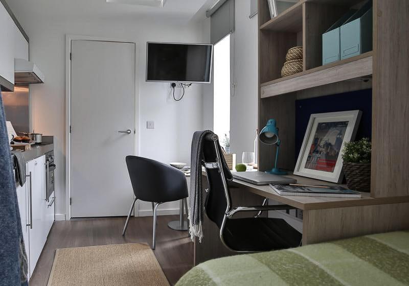 iQ-Bloomsbury-London-Bronze-Studio-Study-Desk-1-Unilodgers