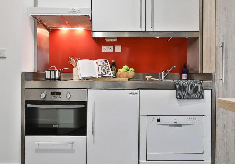 iQ-Bloomsbury-London-Gold-Studio-Kitchen-Unilodgers