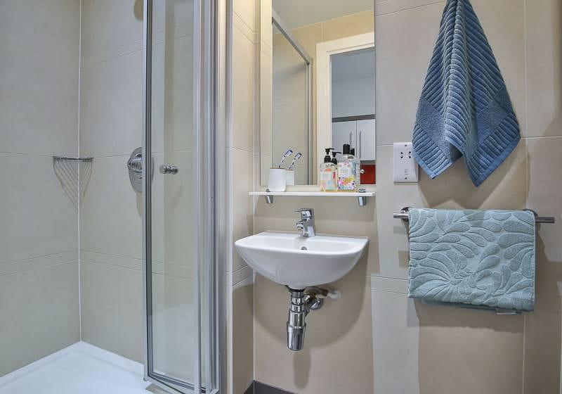 iQ-Bloomsbury-London-Gold-Studio-Plus-Bathroom-1-Unilodgers