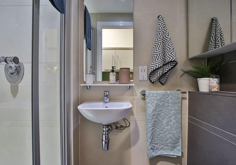 iQ-Bloomsbury-London-Gold-Studio-Plus-Bathroom-Unilodgers