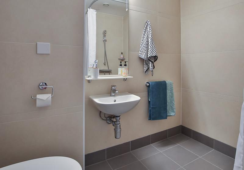 iQ-Bloomsbury-London-Platinum-Studio-Bathroom-2-Unilodgers
