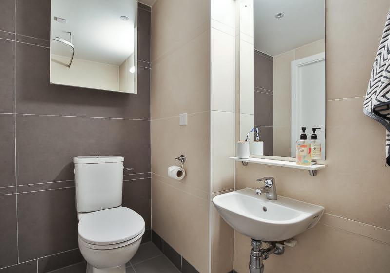 iQ-Bloomsbury-London-Platinum-Studio-Bathroom-Unilodgers
