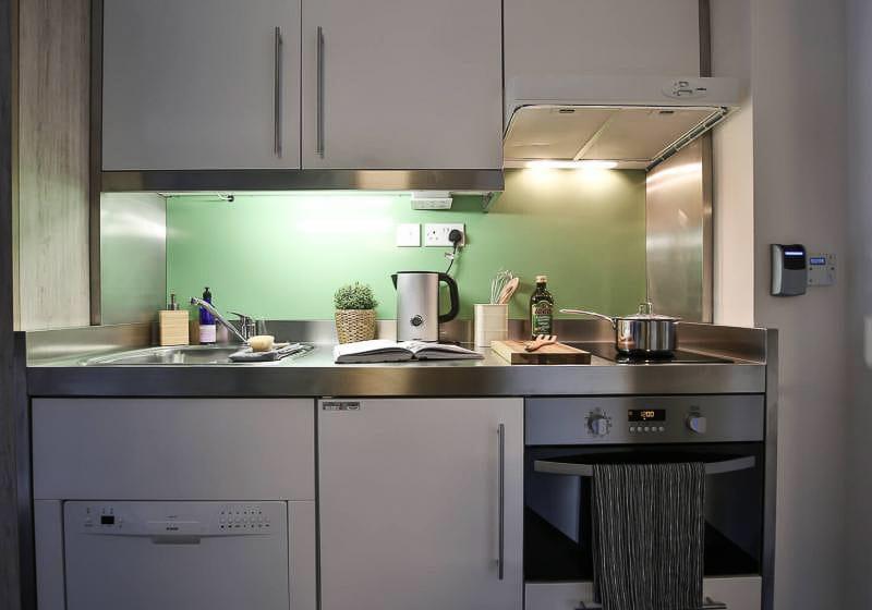 iQ-Bloomsbury-London-Platinum-Studio-Kitchen-1-Unilodgers
