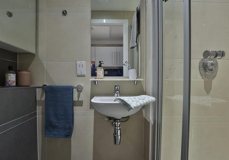 iQ-Bloomsbury-London-Silver-Studio-Bathroom-Unilodgers