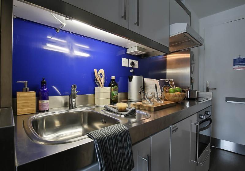 iQ-Bloomsbury-London-Silver-Studio-Plus-Kitchen-1-Unilodgers