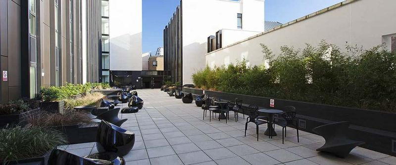 iQ-Hammersmith-London-Outdoor-Social-Space-Unilodgers