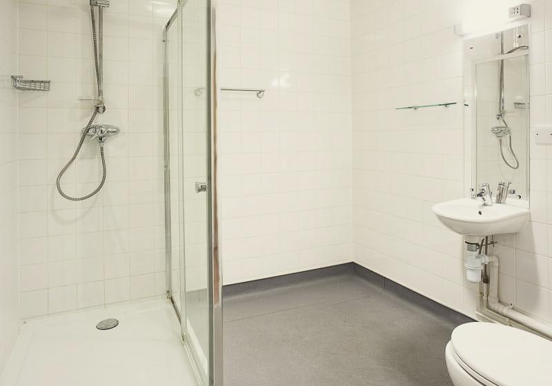 iQ-Magenta-House-London-Gold-En-Suite-Bathroom-Unilodgers