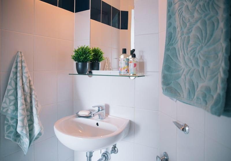 iQ-Magenta-House-London-Silver-En-Suite-Plus-Bathroom-Unilodgers