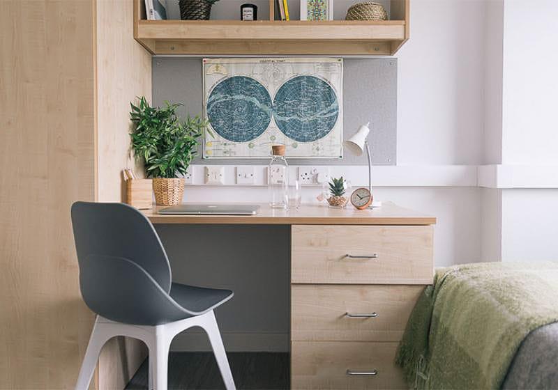 iQ-Magenta-House-London-Silver-En-Suite-Plus-Study-Desk-Unilodgers