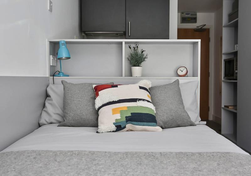 iQ-Magenta-House-London-Silver-Studio-Plus-1-Unilodgers