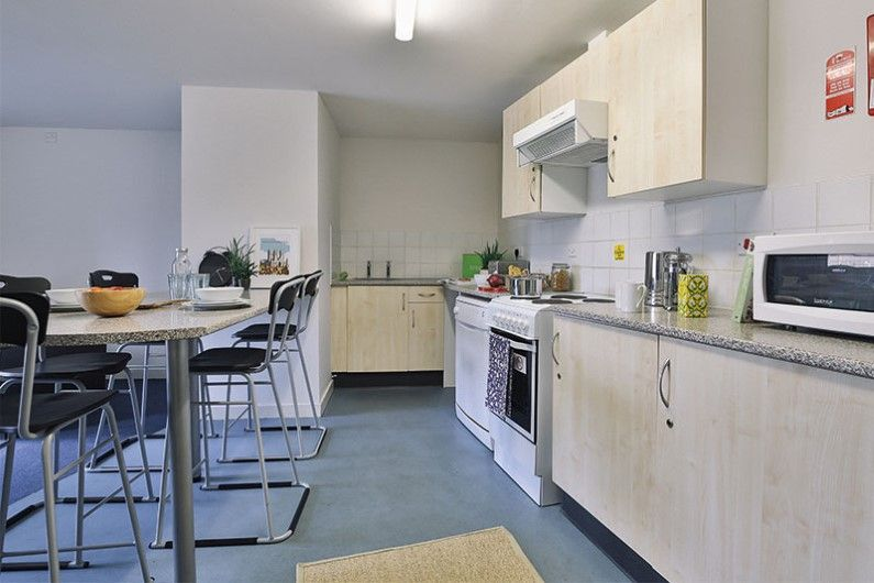 iQ-Pavilions-Lincoln-Shared-Kitchen-Dining-Area-Unilodgers
