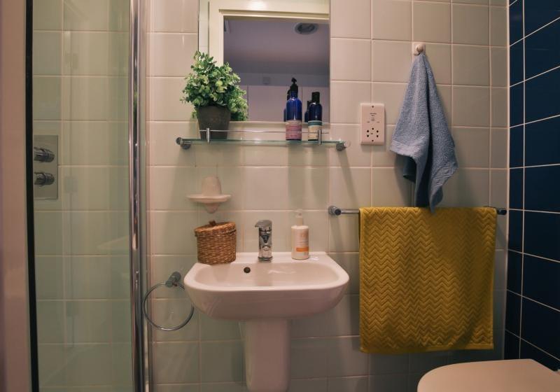 iQ-Shoreditch-London-Bronze-Studio-Bathroom-Unilodgers