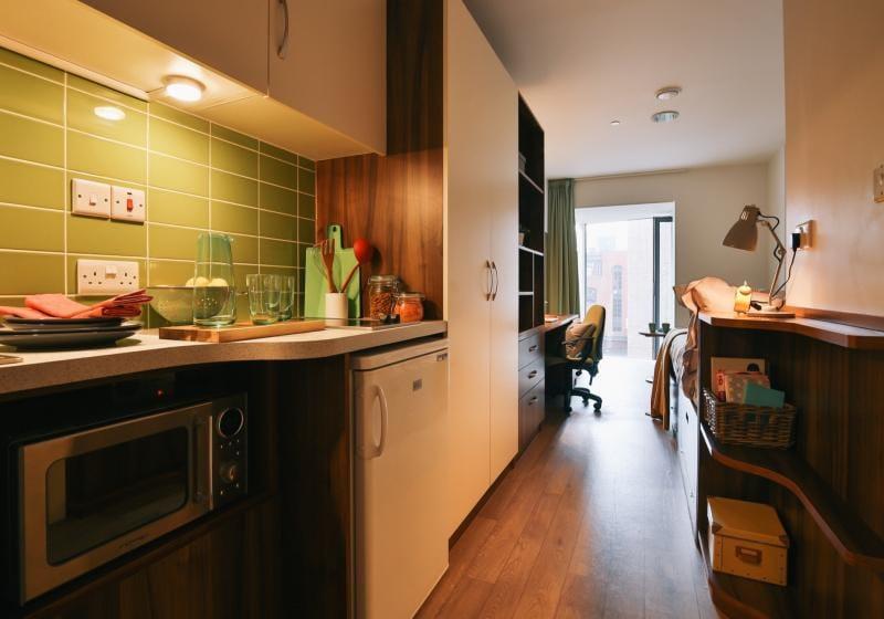 iQ-Shoreditch-London-Bronze-Studio-Kitchen-1-Unilodgers