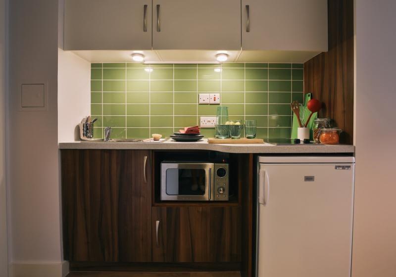 iQ-Shoreditch-London-Bronze-Studio-Kitchen-Unilodgers