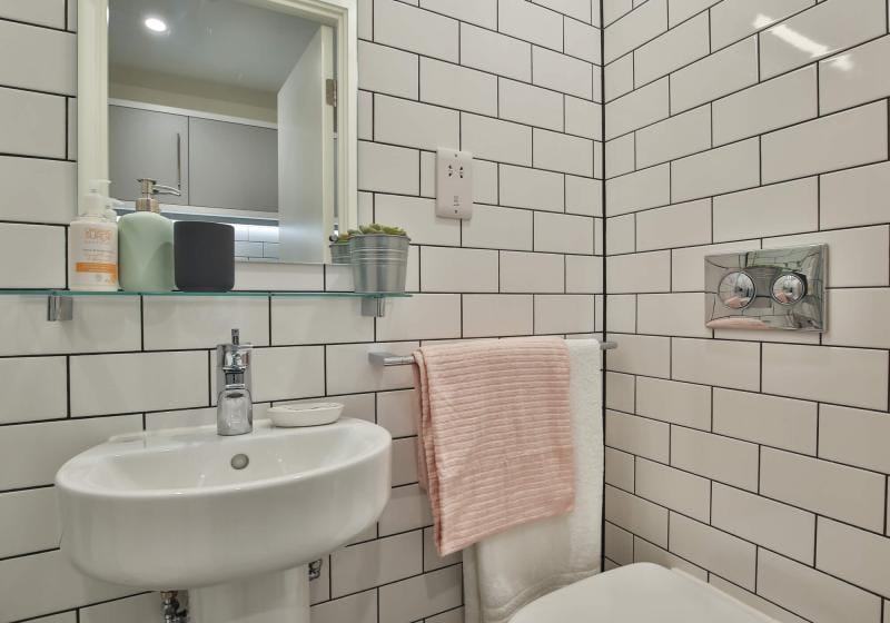 iQ-Shoreditch-London-Bronze-Studio-Premium-Bathroom-1-Unilodgers