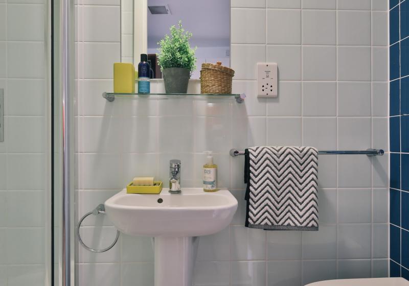iQ-Shoreditch-London-Gold-Studio-Study-Desk-Bathroom-Unilodgers