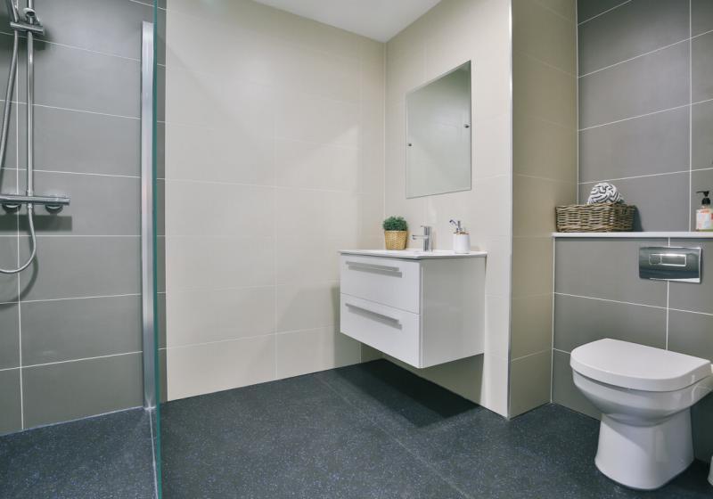 iQ-Shoreditch-London-Platinum-Studio-Plus-Bathroom-Unilodgers