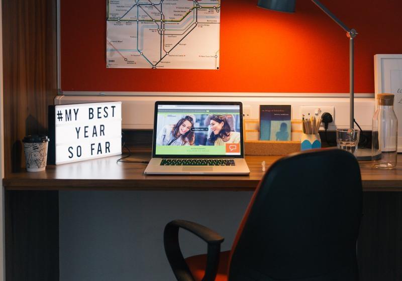 iQ-Shoreditch-London-Platinum-Studio-Study-Desk-Unilodgers
