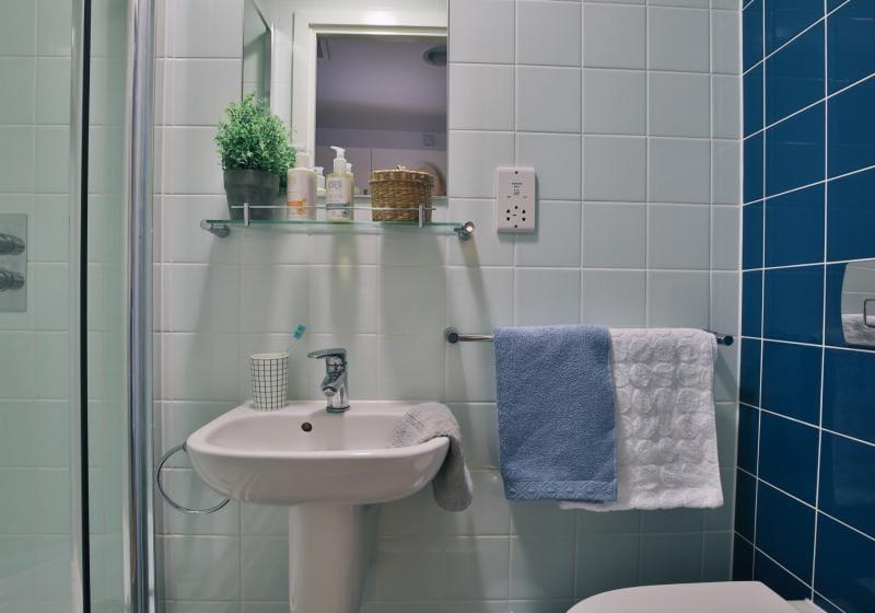 iQ-Shoreditch-London-Silver-Studio-Bathroom-Unilodgers