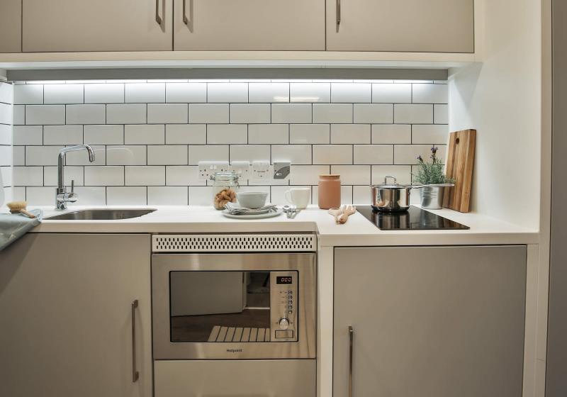 iQ-Shoreditch-London-Silver-Studio-Deluxe-Kitchen-1-Unilodgers