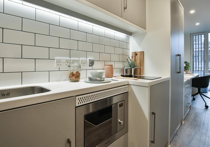 iQ-Shoreditch-London-Silver-Studio-Deluxe-Kitchen-Unilodgers