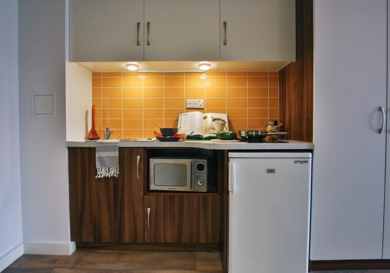 iQ-Shoreditch-London-Silver-Studio-Kitchen-Unilodgers