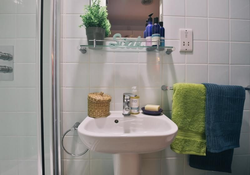 iQ-Shoreditch-London-Silver-Studio-Plus-Bathroom-Unilodgers