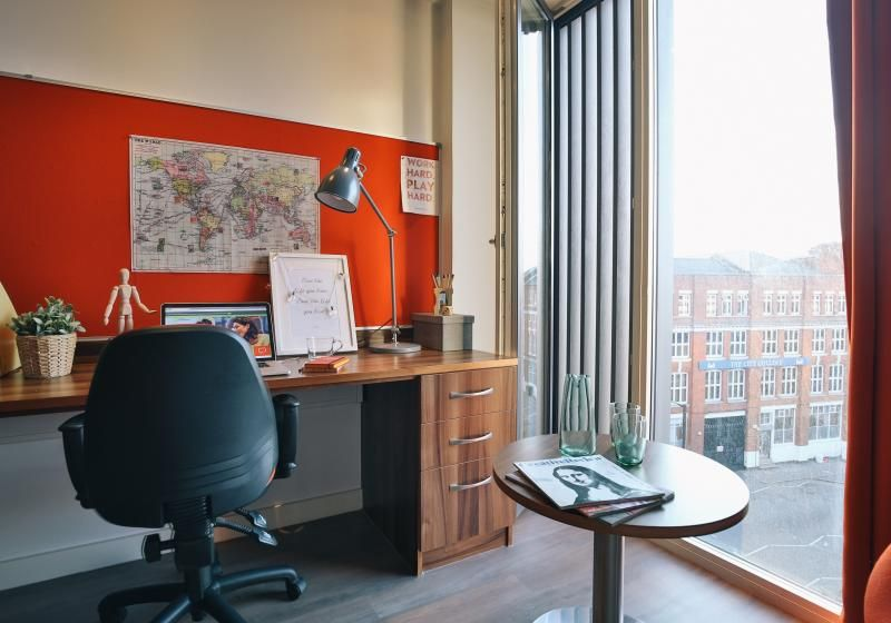 iQ-Shoreditch-London-Silver-Studio-Plus-Study-Desk-Unilodgers