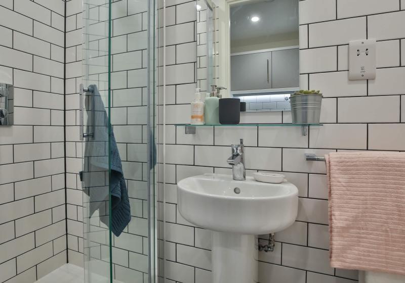 iQ-Shoreditch-London-Silver-Studio-Premium-Bathroom-Unilodgers