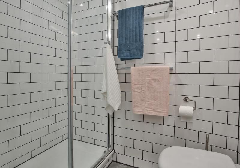 iQ-Shoreditch-London-Two-Bedroom-Apartment-Bathroom-Unilodgers