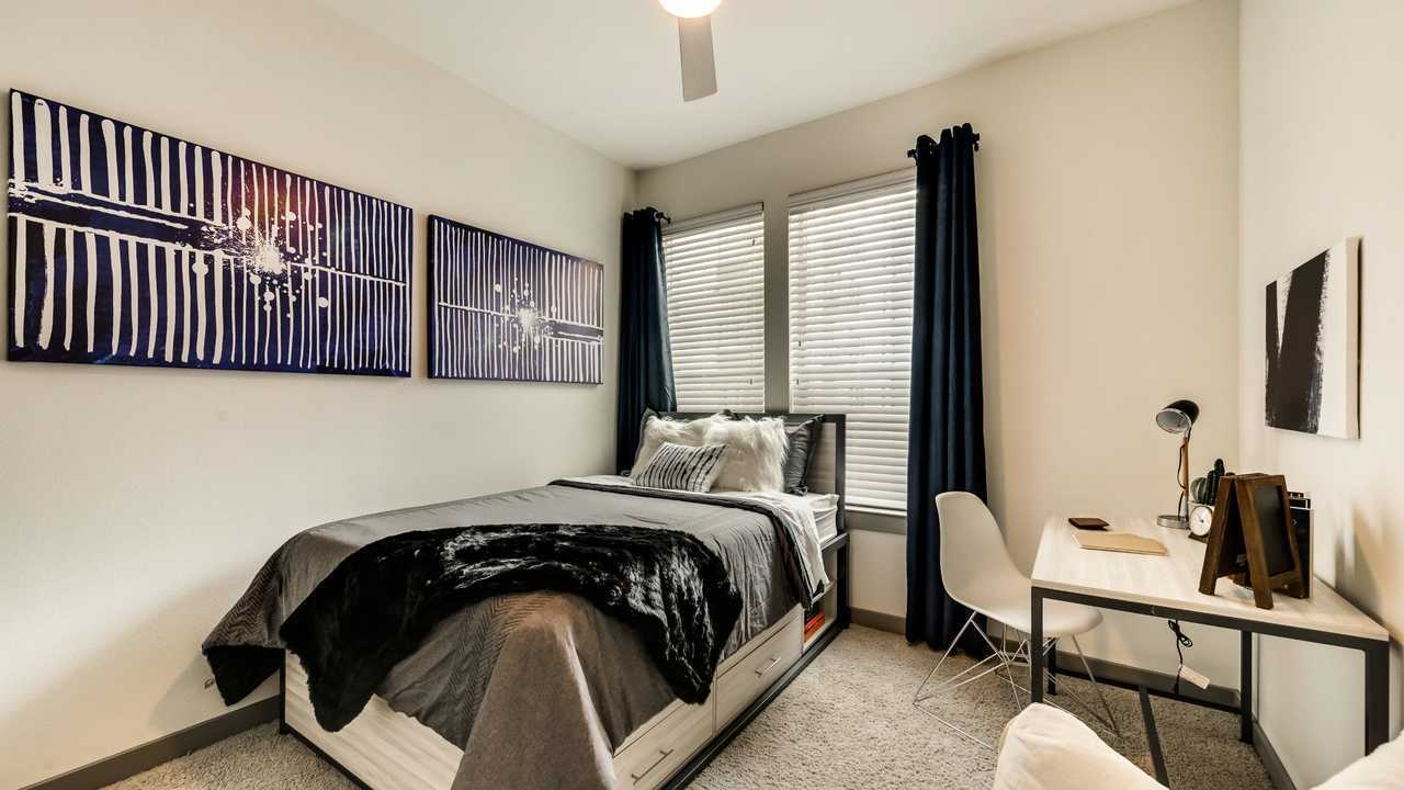 101-Center-Arlington-TX-Bedroom-Unilodgers