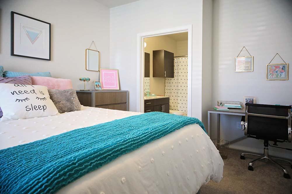 Lark-In-The-Woods-Tuscaloosa-Al-Bedroom-Unilodgers