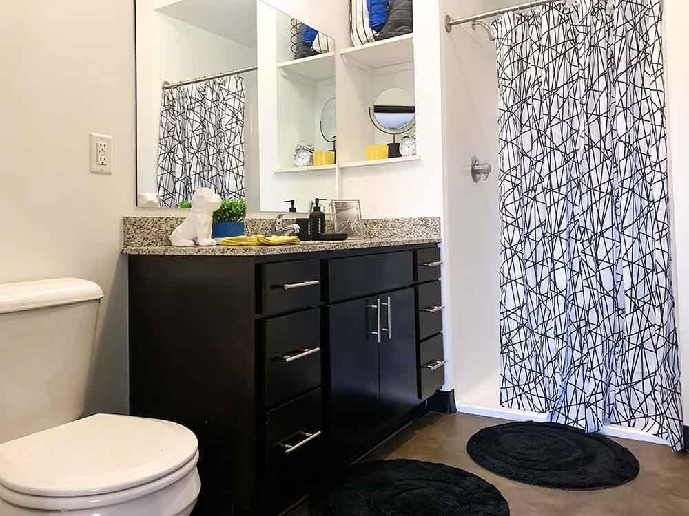 Lark-On-14th-Milwaukee-WI-Bathroom-Unilodgers