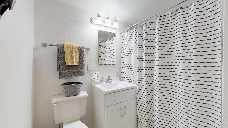 One-South-Urbana-Champaign-IL-Bathroom-Area-Unilodgers