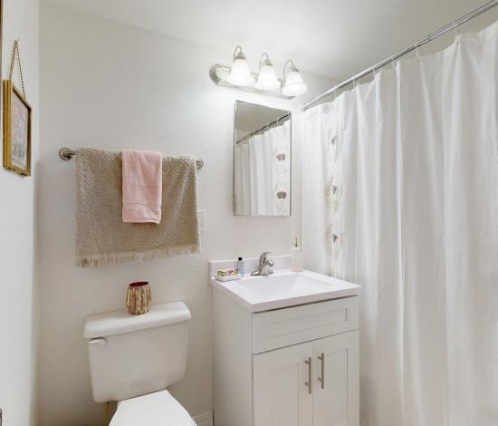 One-North-Urbana-Champaign-IL-Bathroom-Area-Unilodgers
