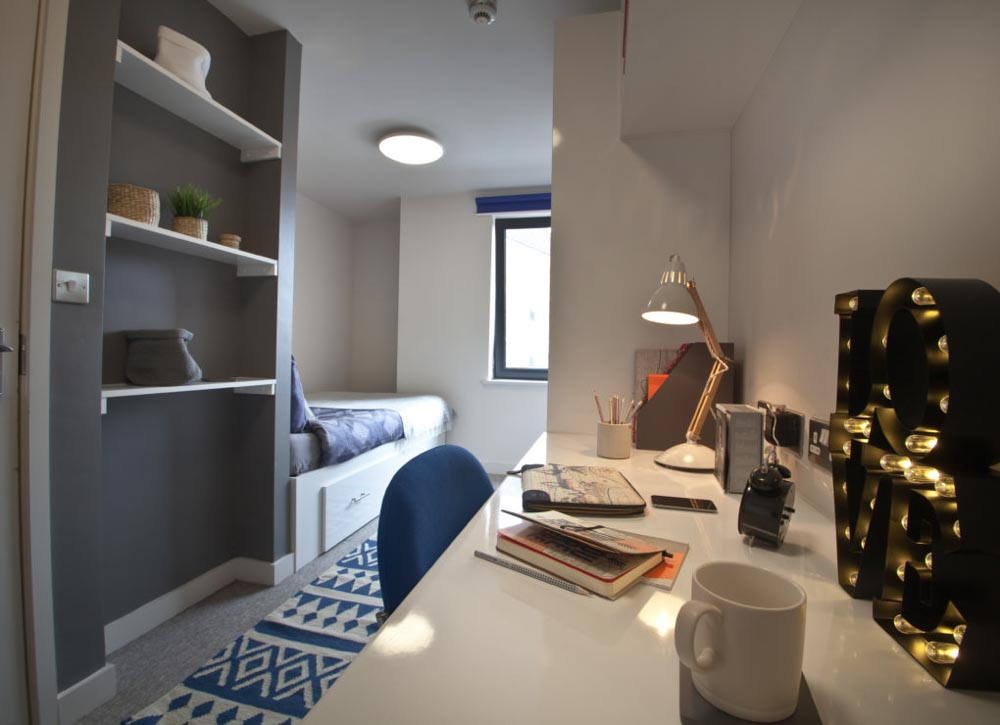 Alwyn-Court-Cardiff-Bedroom-With-Study-Desk-And-Chair-Unilodgers