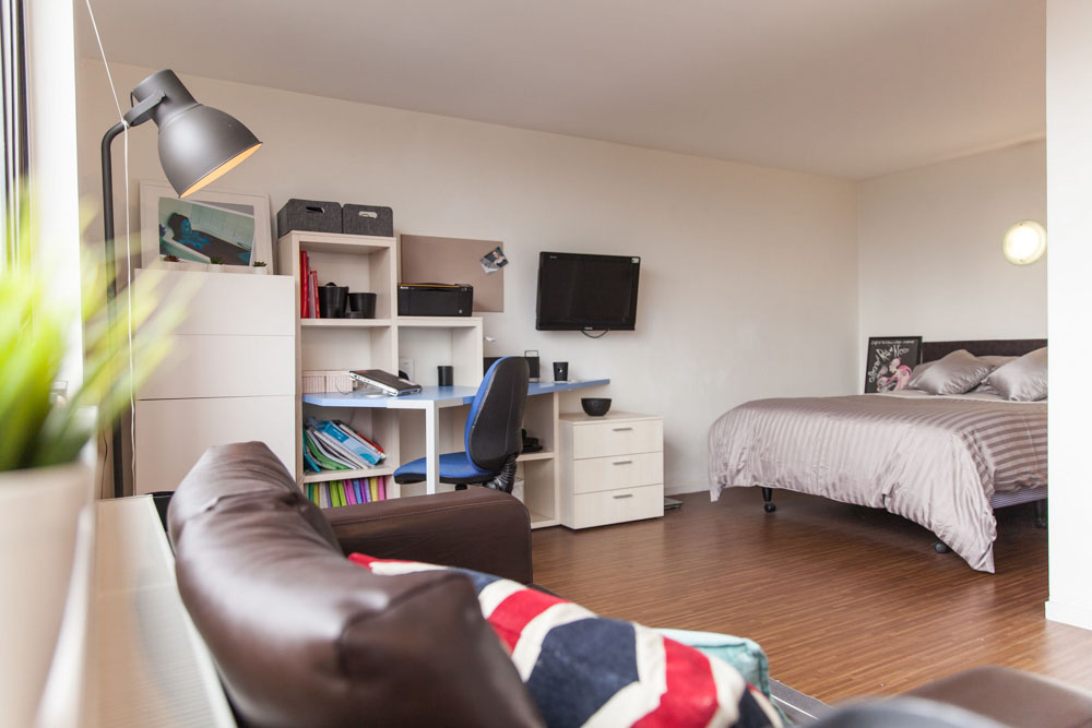 Holly-Court-Bristol-Bedroom-With-Study-Space-Unilodgers