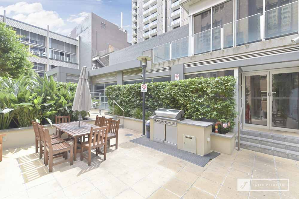 336-Russell-Street-Melbourne-Outdoor-Area-Unilodgers