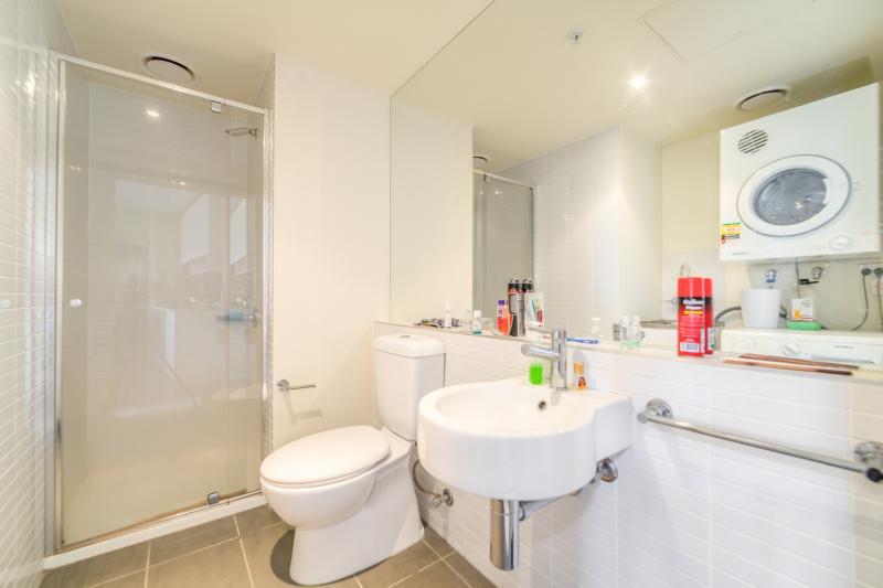 304-253-Franklin-Street-Melbourne-Student-Accommodation-Melbourne-Bathroom-Unilodgers