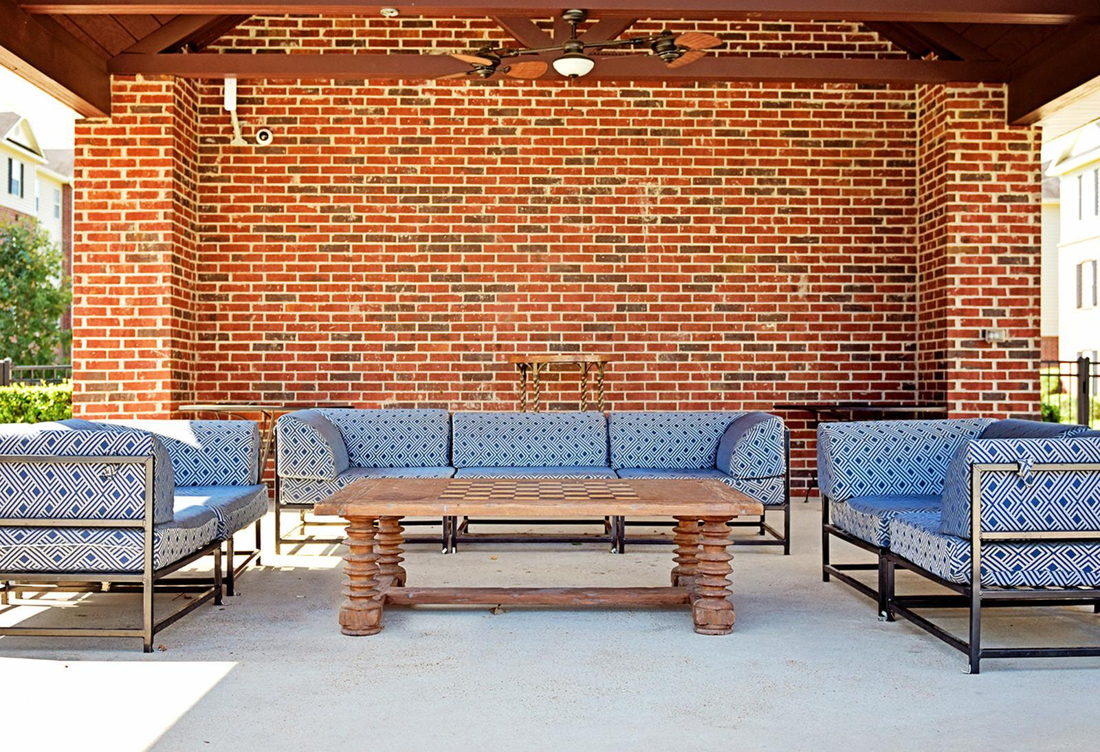The-Overlook-At-Nacogdoches-TX-Outdoor-Seating-Unilodgers