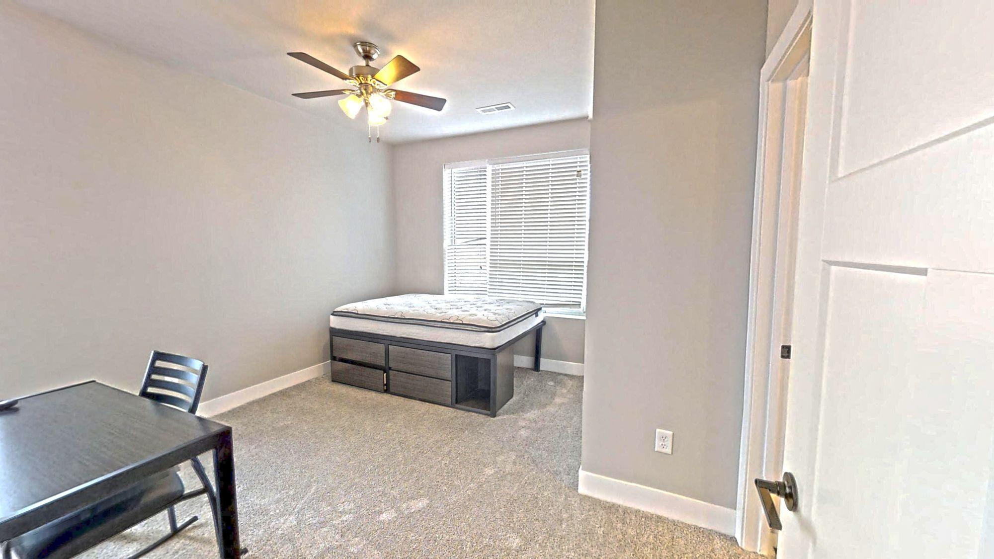 55-E-Green-Champaign-IL-Bedroom-Unilodgers