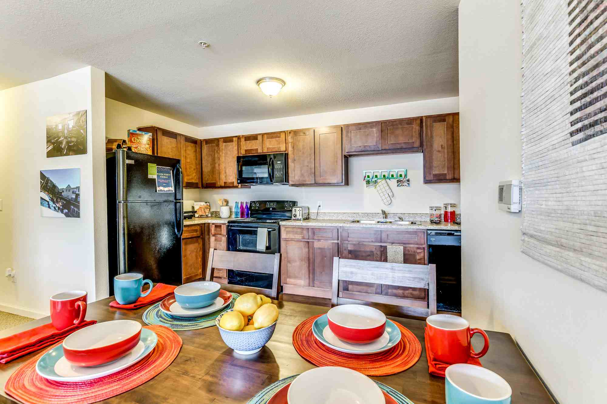 Grove-At-Fort-Collins-CO-Dining-Area-Unilodgers