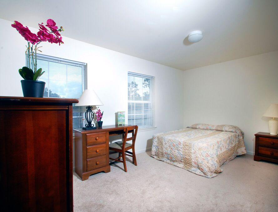 Copper-Beech-Townhomes-Oakwood-State-College-PA-Bedroom-Unilodgers